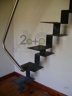 Escalera Especial de pasos alternados con PELDAÑOS estructurales de hierro y PASAMANOS de Acero Inoxidable. Ideal para espacios pequeños de diseño.