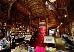 Livraria Lello, Oporto, Portogallo. Questa storica libreria, aperta all'inizio dell'Ottocento, si fa notare per il suo stile Art Nouveau, tutto curve e stucchi
