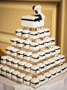 Love this idea for a wedding: Mini-cakes for each guest.