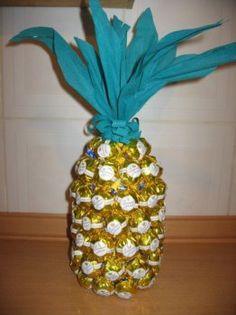 Abacaxi de balas, feito com garrafa pet. Pode ser com bombons. Uma boa ideia para lembrancinha de festa ou mesmo decoração de mesa de convidados.