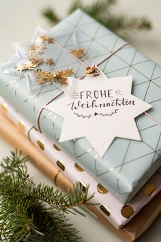 DIY – glitzernde Geschenkanhänger selber machen – Leelah Loves Instructions for homemade DIY gift tags made of oilcloth with glitter and stars as a nice packaging for Christmas gifts Holiday Gifts, Christmas Gifts, Diy Cadeau Noel, Diy Gifts, Handmade Gifts, Christmas Gift Wrapping, Diy Weihnachten, Wrapping Ideas, Wrapping Papers