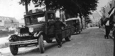 Halvemaanspoort. De Ford en de autobus van T.Fennema staan voor cafe Greidanus.De chauffeur bij de vrachtwagen is Gerrit Miedema.Voor de ingang van het cafe staat Sjolle Wieringa.
