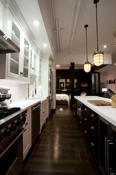 Superbe mélange de styles pour cette cuisine qui mêle le traditionnel, le moderne et quelques touches industrielle.