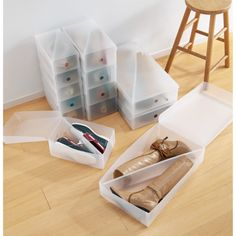 大切な靴を綺麗に収納!半透明なシューズケース。 積み重ねても、並べても便利に美しい玄関収納を実現します。通気口の穴は積み重ねたときに出す時に便利な仕様。靴やブーツの収納時に中身が透けて見えるのも魅力。