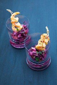 Leckerer Rotkohl-Fenchel-Salat mit einem Zitrusdressing, dazu scharfe Chili-Garnelen, die in Koriander gewendet wurden.