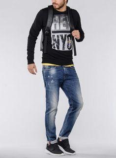 Camiseta de entretiempo con estampación en color negro . Ideal para esos días de entretiempo  Cary-shoes-urban.com