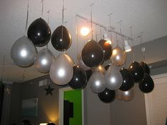 New Years Eve Party Decorations Ideas With Black And Silver Balloons Hanging On The Ceiling Balloon Decorations Party, New Years Decorations, Balloon Party, Balloon Games, Table Decorations, New Year's Eve Celebrations, New Year Celebration, Hanging Balloons, New Years Eve Games
