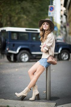 Chiara Ferragni is wearing Trusardi bag vintage jeans and a Ralph laurren hat seen during the Milan Fashion Week Spring/Summer 16 on September 2015 in Milan, Italy. Versace, Prada, Short Ankle Boots, Spring Summer, Spring 2016, Summer 2016, Summer Lookbook, Spring Street Style, Spring Style