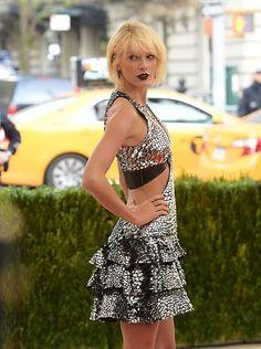 """Und wie sieht Mode in unserem technologischen Zeitalter aus? Taylor Swift macht's vor und die muss es wissen, wurde ihr doch für ein """"Vogue""""-Cover bereits der futuristische Haarschnitt verpasst."""