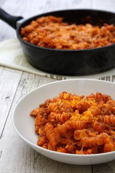 One pot pasta à la sauce tomate, boeuf haché et cheddar