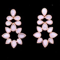 Brinco madrepérola base flor e gotas em círculos. Clique na imagem para comprar.