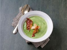 cauliflower and spinach soup with chicken and prosciutto Norwegian Food, Spinach Soup, Guacamole, Hummus, Food Inspiration, Cauliflower, Food And Drink, Tasty, Healthy Recipes