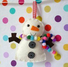 couture Noël créative - un bonhomme de neige en feutre blanc avec une écharpe de pompons en feutre