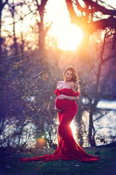 Looking for cute maternity shirts to put on during your pregnancy? Red Maternity Dress, Cute Maternity Shirts, Maternity Fashion, Maternity Dresses For Photoshoot, Fall Maternity Pictures, Outdoor Maternity Photos, Maternity Photography Poses, Maternity Poses, Pregnancy Photos