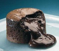Sweet hot Chocolate Coulant — Un postre. Chocolate Volcano, Chocolate Pepper, Mini Chocolate Cake, Chocolate Martini, Chocolate Marshmallows, Salted Chocolate, Chocolate Topping, I Love Chocolate, Patisserie