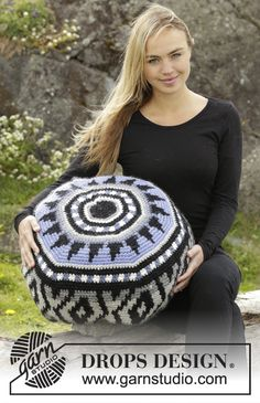 Crochet DROPS pouffe with colour pattern in Eskimo. Free pattern by DROPS Design.