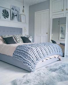 comment peindre une piece armoire en bois et porte blancs murs en gris et blanc coussins tigres et noirs grand mirroir