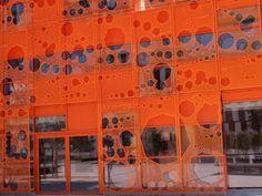 A #Lyon, dans le quartier de la #Confluence, le Cube #Orange abrite le siège du Groupe Cardinal, promoteur immobilier, et conçu par l'agence Jakob & Macfarlane Architectes #architecture #color #couleur #numelyo #urbanisme
