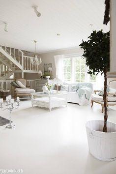 Omakotitalon maalaisromanttinen sisustus syntyi itse tuunaamalla. Katso kauniit kuvat! Provence Style, Shabby Chic, Cottage, Country, House, Home Decor, Decoration Home, Rural Area, Home