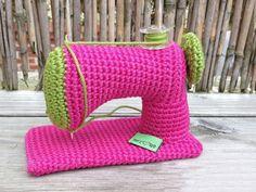 Tutoriales DIY: Cómo hacer una máquina de coser de miniatura de ganchillo vía DaWanda.com