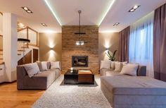 Salon to pole do popisu dla różnego typu oświetlenia. Spośród jakich lamp warto wybierać? Jak najlepiej je zaaranżować, by nie tylko rozjaśniały przestrzeń, lecz także ją powiększały mały salon?