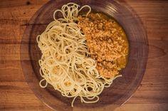 Bolonhesa de soja: Ingredientes - Soja granulada miúda (1 chávena grande) - 1 cebola - 3 tomates médios - 1 cenoura - 2 dentes de alho - azeite - manjericão - cominhos (1 colher de chá) - molho de soja (2 colheres de...