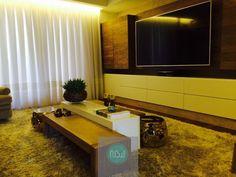 Projeto para uma sala íntima. Painel da TV com madeira açoita e móvel laqueado. Espaço convidativo para relaxar após essa segunda-feira de trabalho! #NBWarq #decor #salatv #estaríntimo #instadecor #SonharAcreditarRealizar