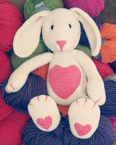 Nicht nur zu Ostern ein süßer Begleiter ist dieser Hase mit viel Herz - Häkelanleitung via Makerist.de