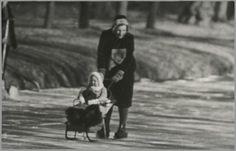 Skating Royalty.Koningin Juliana schaatst, Koningin Beatrix heeft nooit geschaatst.