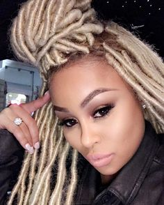 Box braids in braided bun Tied to the front of the head, the braids form a voluminous chignon perfect for an evening look. Box braids in side hair Placed on the shoulder… Continue Reading → Blonde Dreadlocks, Faux Locs Blonde, Blonde Wig, Faux Dreads, Bleach Blonde, Blonde Bobs, Box Braids Hairstyles, Try On Hairstyles, Goddess Hairstyles