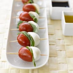 Aperitif skewer - a selection of ideas to start your meal off right - Archzine.fr - easy and original aperitif idea, cherry tomato, mozzarella and basil toothpick - Snacks Für Party, Appetizers For Party, Appetizer Recipes, Caprese Appetizer, Cocktail Appetizer, Bridal Shower Appetizers, Cheese Appetizers, Appetizer Ideas, Food Platters