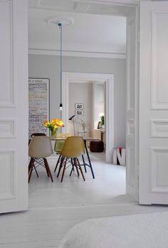 molduras de yeso en paredes o puertas, con blanco