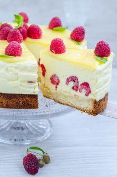 Iata reusesc intr-un final sa postez reteta tortului nr. 2 pregatit de ziua sotului meu si totodata aniversarea zilei noastre de casatorie. Anul acesta m-am hotarat sa pregatesc 2 torturi pentru ca am avut 2 idei si nu am stiut asupra careia sa ma opresc. Si pentru ca acest tort a avut un impact … Romanian Desserts, Cake Recipes, Dessert Recipes, Cheesecake, Cake Factory, Food Cakes, World Recipes, Something Sweet, Carrot Cake