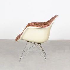 For Sale on 1stDibs - Beautiful and iconic mid-1970s LAR (low-rod) lounge armchairs designed by Charles & Ray Eames for Herman Miller International Collection. The charis are