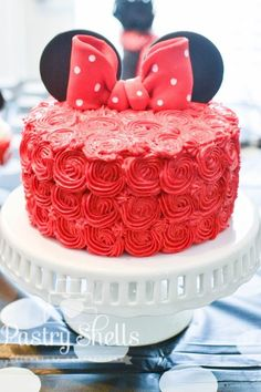 Mickey Mouse Food Ideas: Mickey & Minnie Treats and Desserts. If you are throwing a Mickey Mouse party or decorating for a Minnie Mouse birthday bash, you definitely need some killer Mickey Mouse cake ideas and Minnie Mouse treats! Minni Mouse Cake, Minnie Mouse Birthday Cakes, Red Minnie Mouse, Mickey Y Minnie, Mickey Birthday, Birthday Cake Girls, 2nd Birthday, Mickey Cakes, Pink Minnie