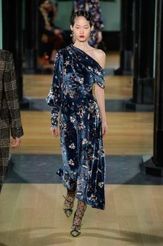 The complete Erdem Fall 2018 Ready-to-Wear fashion show now on Vogue Runway. Couture Fashion, New Fashion, Runway Fashion, High Fashion, Fashion Show, Womens Fashion, Fashion Design, Fashion 2018, Cheap Fashion