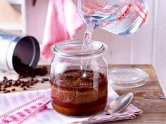 Cold Brew Coffee selber machen – so geht's Make Cold Brew Coffee yourself – this is how it works DELICIOUS Cold Coffee Drinks, Cold Brew Iced Coffee, Making Cold Brew Coffee, Coffee Drink Recipes, Easy Desserts, Dessert Recipes, Mousse, Coffee Presentation, Truffle