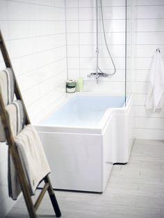 Dusjbadekar 150. Et lite og praktisk badekar med god dusjplass. Perfekt for deg som har liten plass, men som både vil kunne bade og dusje. Eller hvis du har barn som vil bade. Kan fås i både høyre- og venstreutførelse. Kan også kompletteres med skjermvegg