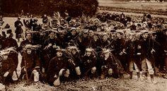 """""""Tromper l'ennemi – L'invention du camouflage moderne en 1914-1918"""" de Cécile Coutin. Comment les soldats belges se dissimulent dans les champs ? Avec des couronnes de paille !"""