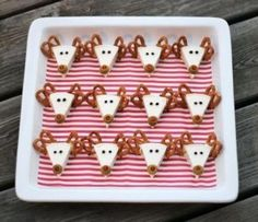 Christmas Appetizer Idea Reindeer made of Laughing Cow cheese wedge, pretzels, peppercorns & green pimento-stuffed olives for Rudolph's red nose Creative Christmas Food, Christmas Party Food, Xmas Food, Christmas Appetizers, Christmas Goodies, Christmas Baking, Holiday Fun, Christmas Holidays, Preschool Christmas