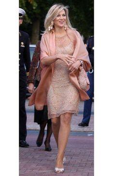 Mooie gestylde haren. Prachtige platina highlights. Maxima in een huidskleurige outfit. Het beeld is in harmonie door haar accessoires en make-up. Staat haar prachtig in een feestelijke setting (cocktail dress). Maar straalt geen kracht uit tijdens formele bezoeken.