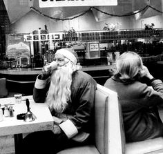 A Santa taking a coffee break during NYC Christmas season, 1962. Photo by LEONARD MCCOMBE. °