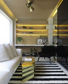 Que tal fazer Home office na sacada do apartamento de uma forma bem aconchegante para também poder receber ? Amei essa proposta !!! Super moderna e acolhedora .. destaque para o painel de madeira na parede  e teto e para o tapete geométrico.. #inspiracaododia #love #details #detalhes #follow #inspira #ideias #inspire #instahome #inspidecor #instalike #instagood #instafollow #instalike #casa #home #house #dream #archilovers #architecture #arquitetura #arquitecture #decor #decoracao…