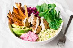 Deze falafel bowl is een stevig, vegetarisch hoofdgerecht waar je wel eventjes vol van zit. Rijk aan groenten, goede vetten en smaken.