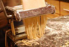 Verse pasta. Weet jij wat verse pasta is? Maak zelf verse pasta uit slechts 3 ingrediënten. Dat is lekker tafelen met echt verse pasta!