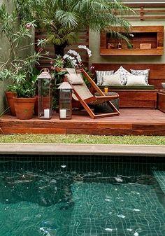 Jardim compacto com verde e espelho d'água é refúgio na metrópole