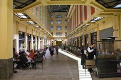 H Στοά Σπυρομήλιου αριστοτεχνικά φωτισμένη. Αποτελεί ένα από τα ωραιότερα αρχικτεκτονικά στοιχεία του μεγάρου.