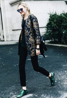 Gold-embroidered evening coat with slim black pants and colorful brogues – so chic and unique. x