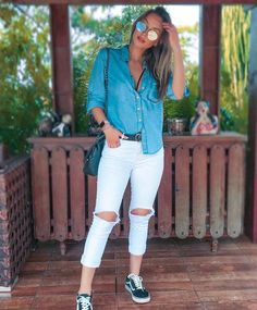 Black belt + white pants: the duo is practical and not obvious – Guita Moda. Casual Chic Outfits, Women's Fashion Dresses, Girl Fashion, Fashion Looks, Look Camisa Jeans, Style Désinvolte Chic, Fashion Gallery, White Pants, Minimalist Fashion