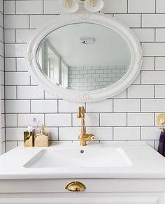 Ett romantisk badrum med genomgående inslag av mässing. Till golvet har kunden valt mönstrad klinker i marockansk stil. De vackra badrumsfönsterna i färgat glas får badrummet att bada i ljus. Det unika badkaret på tassar i mässing kombineras med en inbyggd blandare, också den i mässing. Ett stort handfat i vitt porslin har installerats på en underdel i vitt trä. Bada, Mirror, Bathroom, Furniture, Home Decor, Washroom, Decoration Home, Room Decor, Mirrors